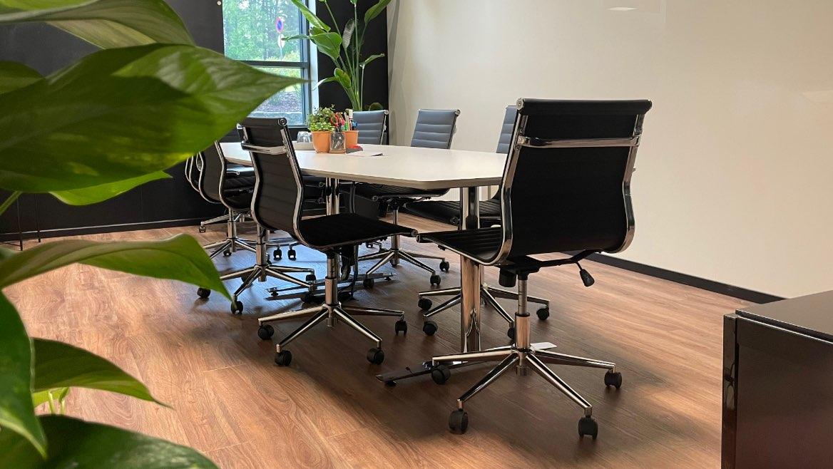 Konferansebord og stoler - Leonberg Reklamebyrå